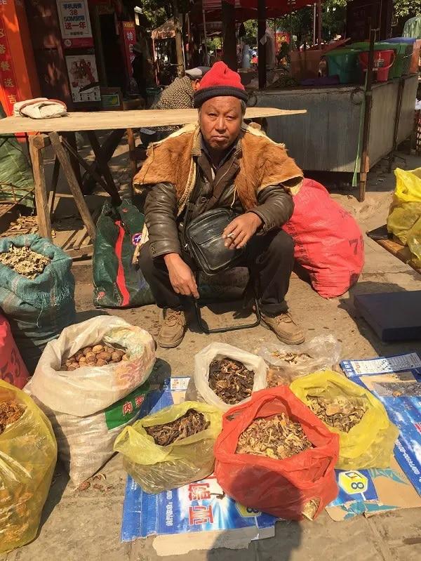 Homme Marche de Shaxi Yunnan Chine